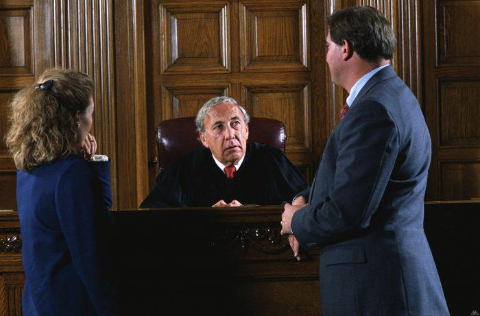 судья рассматривает уголовное дело
